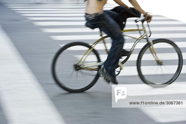 Person  die mit dem Fahrrad über den Zebrastreifen fährt