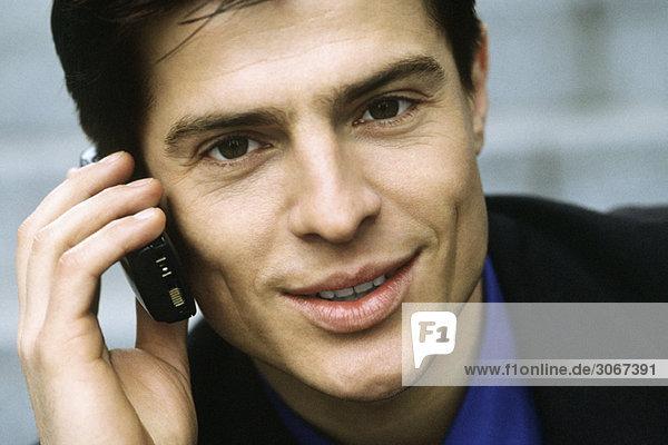 Mann telefoniert mit dem Handy  Portrait