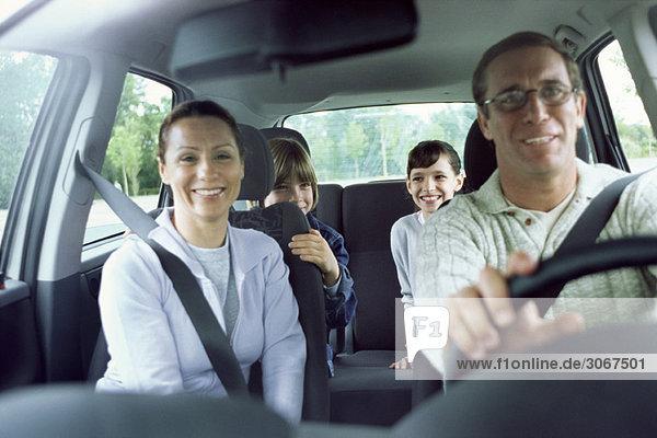Familie zusammen im Auto unterwegs