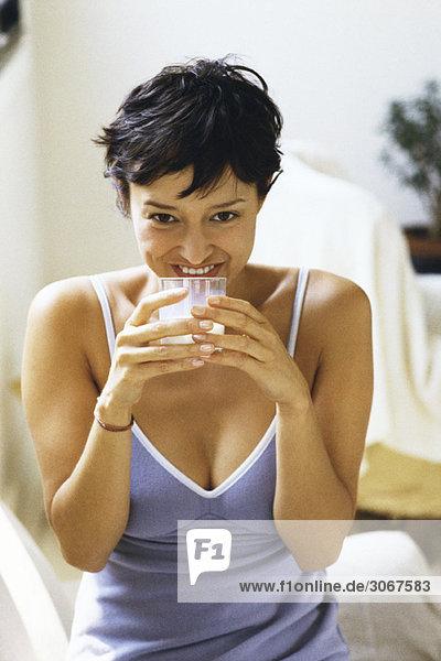 Frau trinkt ein Glas Milch