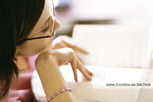 Frau liest Buch  Nahaufnahme