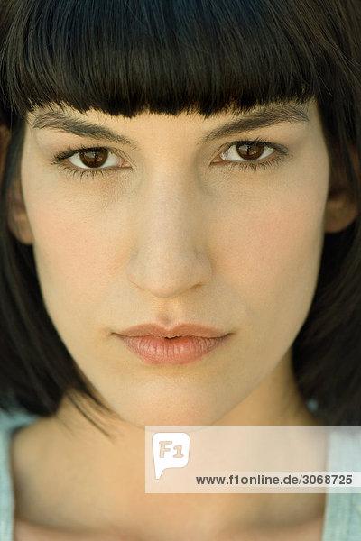 Porträt einer jungen Frau beim Blick in die Kamera  Nahaufnahme