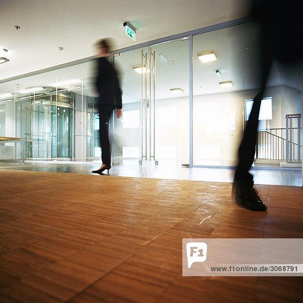 Leute  die in der Lobby laufen  verschwommene Bewegungen.