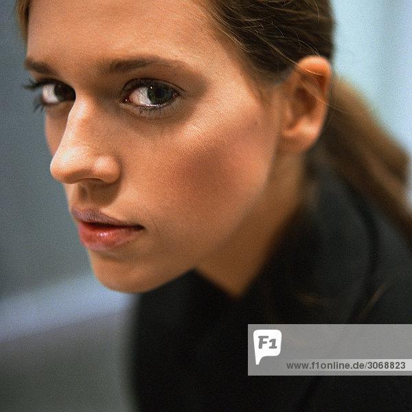Frau schaut in die Kamera  Porträt