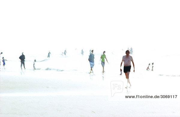 Menschen am Strand  verschwommen