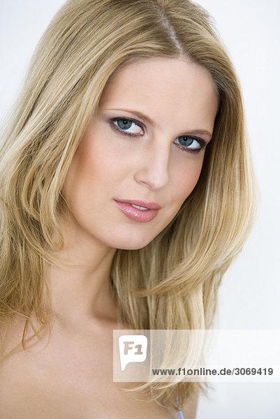 Junge Frau mit offenen Haaren  Nahaufnahme