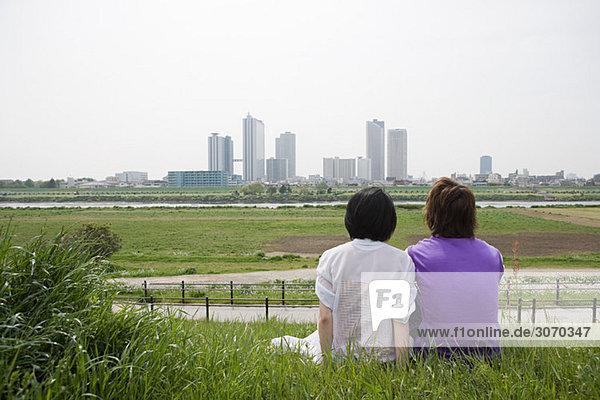 Paar mit Blick auf die Skyline der Stadt