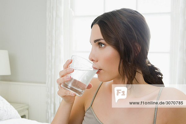 Junge Frau trinkt Wasser