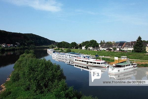 Tourboote am Rhein vertäut