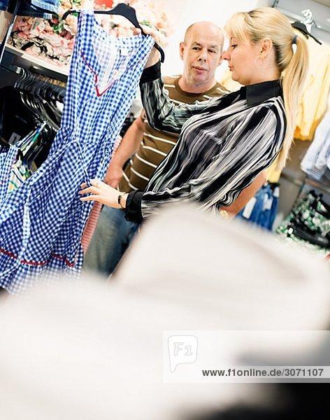 Eine Frau und ein Mann einkaufen Kleidung Schweden.