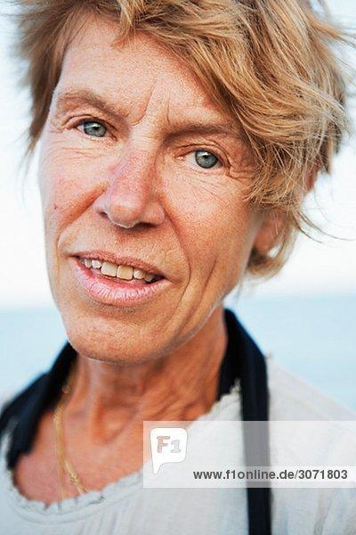 Portrait einer Frau am Meer Schweden.