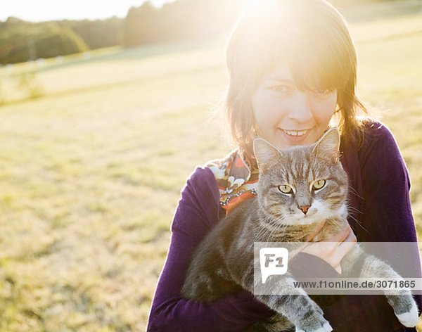 Eine Frau hält eine Katze Schweden.