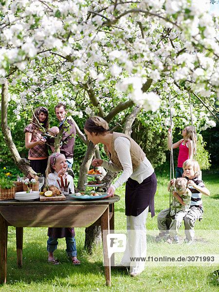 Frau Party Vorbereitung Garten Skane län bunt