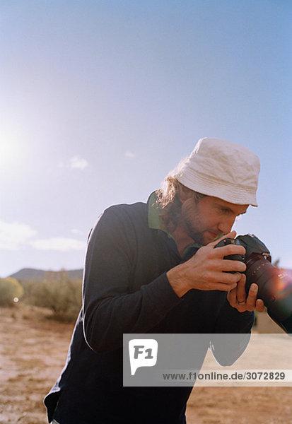 Ein Mann  der eine Kamera Arizona USA hält