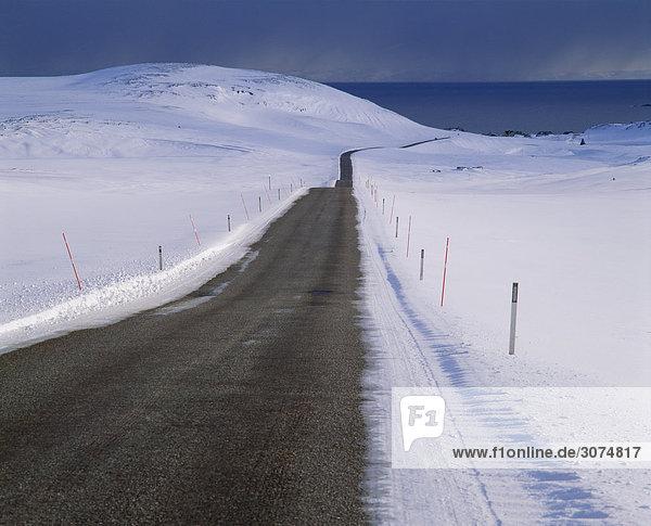 Straße von verschneite Landschaft