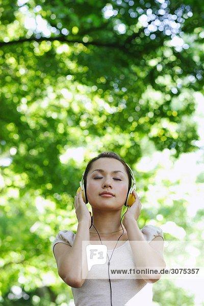 Junge Frau hören Musik