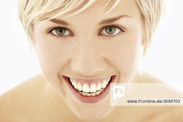 Ein Portrait einer jungen Frau  lächelnd