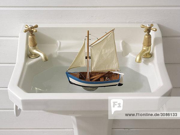 Spülbecken Segeln fließen Spielzeug Boot