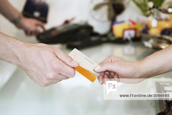 Zwei Hände und eine Kreditkarte