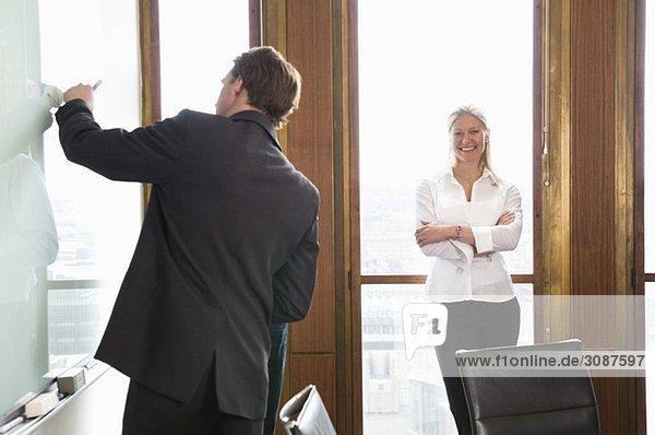 Zwei Personen im Konferenzraum