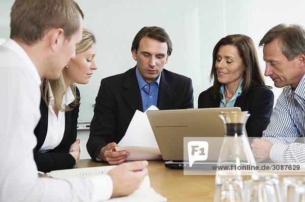 Arbeitsgruppe sitzend am Konferenztisch