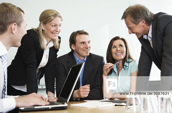 Fünf Personen im Büro