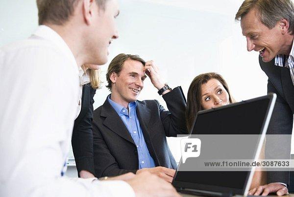 Personen bei der Besprechung im Konferenzraum