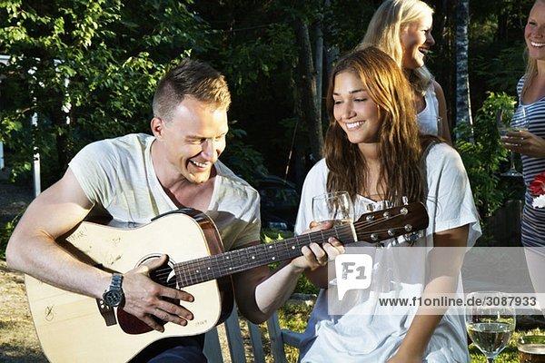 Kerl spielt Gitarre