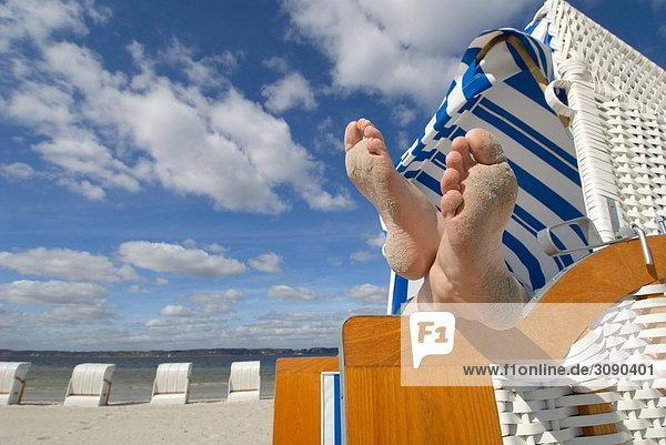 Füße im Strandkorb  Glücksburg  Schleswig-Holstein  Deutschland