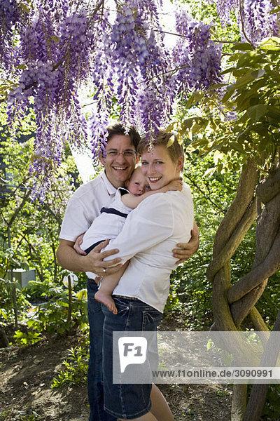 Formelles Porträt eines erwachsenen Paares und ihres kleinen Mädchens