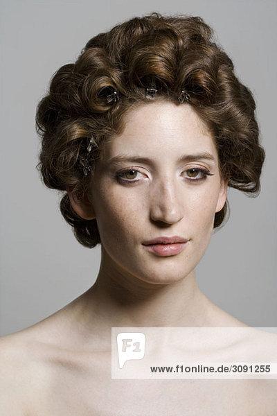 Porträt einer jungen Frau mit rollenden Haaren
