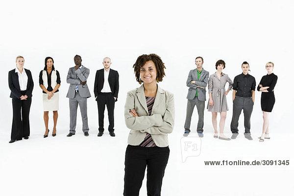Ein junger Profi steht vor einer Reihe von Geschäftsleuten