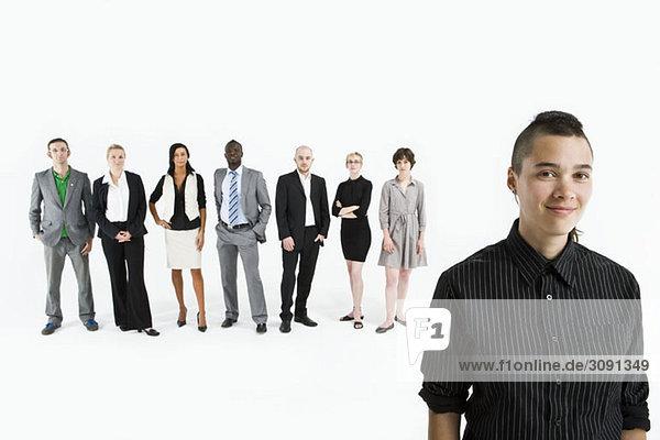 Ein junger Profi vor einer Reihe von Geschäftsleuten