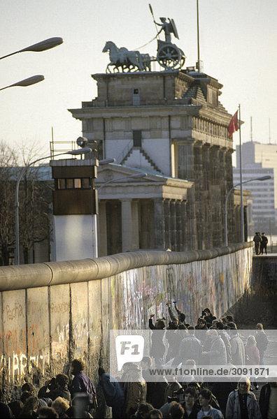 Fall der Berliner Mauer: Menschen schlagen Stücke aus der Mauer am Brandenburger Tor   Berlin  Deutschland Fall der Berliner Mauer: Menschen schlagen Stücke aus der Mauer am Brandenburger Tor , Berlin, Deutschland