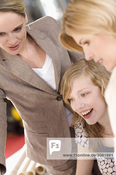 Frauen  die einem Auszubildenden etwas beibringen.