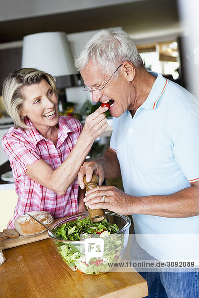 Senior Paar Zubereitung Salat