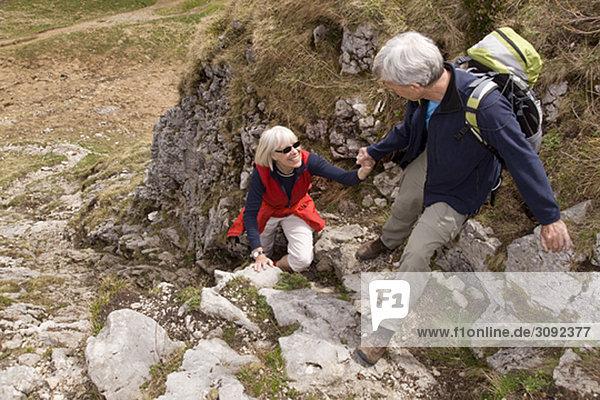 Seniorenpaar Wandern in den Bergen