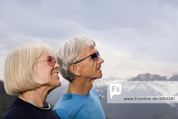 Seniorenpaar in den Bergen