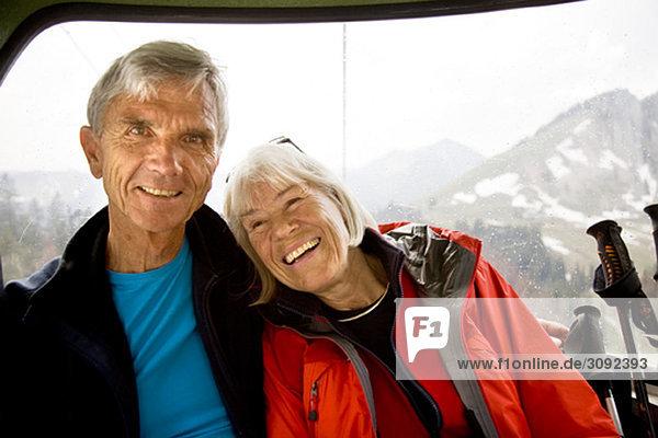 Seniorenpaar in der Bergbahn