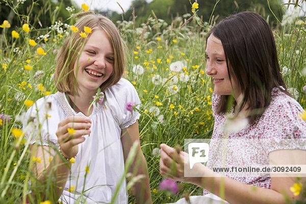 Mädchen auf der Wiese mit Blumen