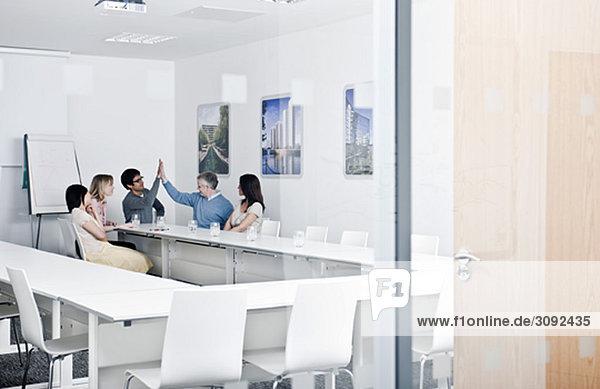 entspannte Arbeitsgruppe im Besprechungsraum