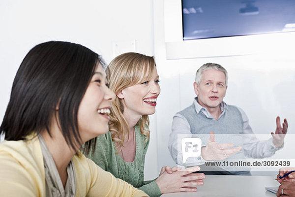 fröhliches informelles Gruppentreffen