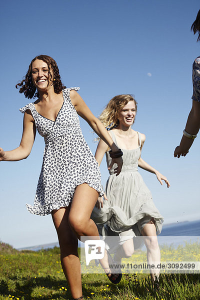 drei Mädchen beim Laufen