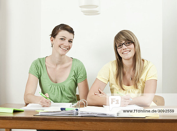 Zwei Schüler sitzen am Tisch