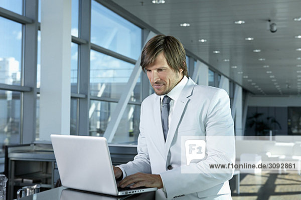 Geschäftsmann mit Computer