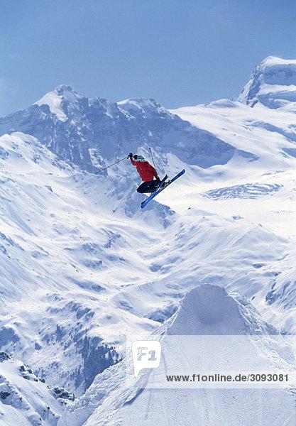 Freestyle-Skifahrer beim Sprung in die Luft