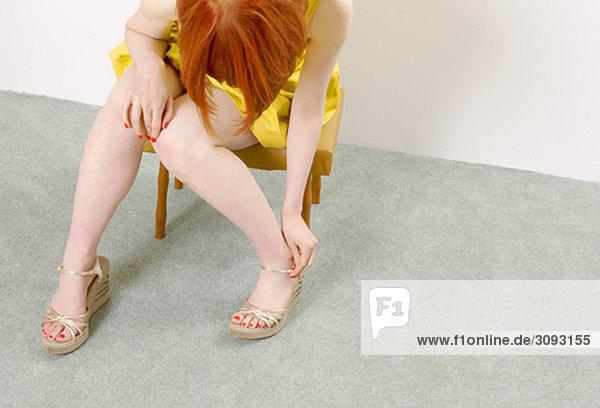 Frau beim Schuhanziehen