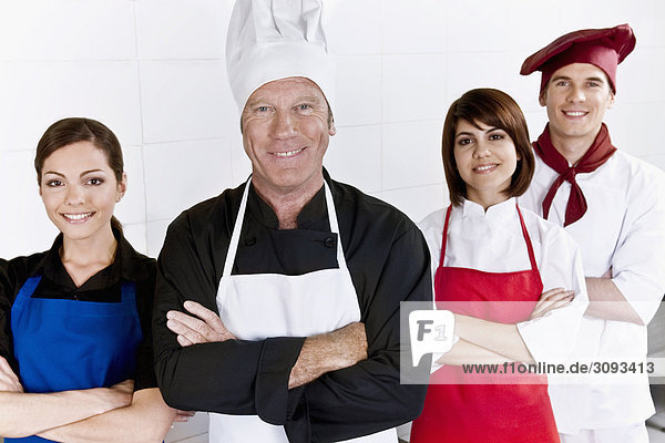 Chefs stehen in der Küche