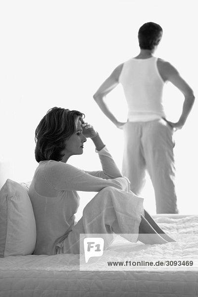 stehend Frau Mann sehen Depression Hintergrund