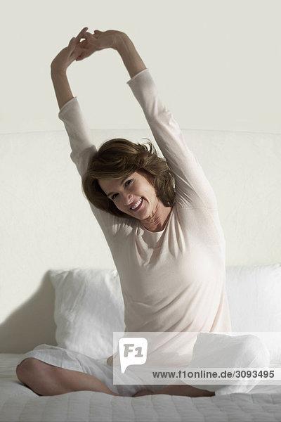 Frau strecken Bett